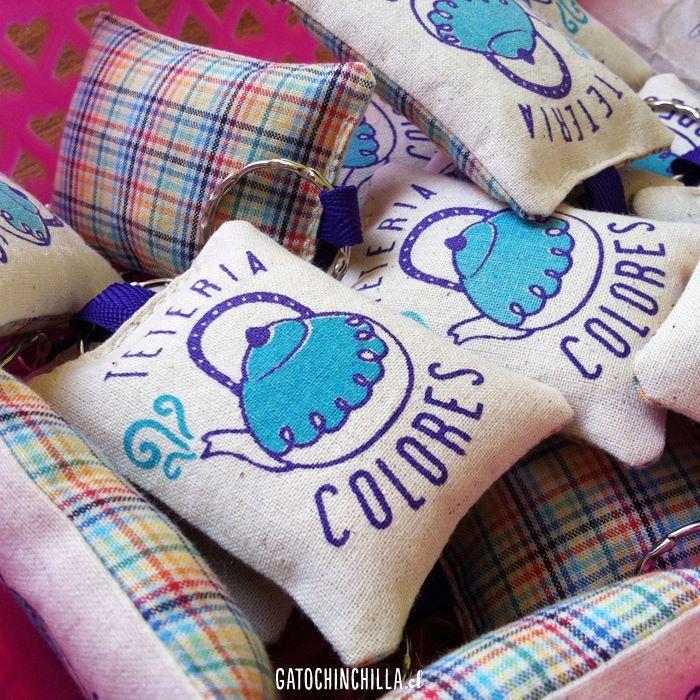 Llaveros estampados a mano con diseño personalizado en base a marca (también diseñada por Gatochinchilla).