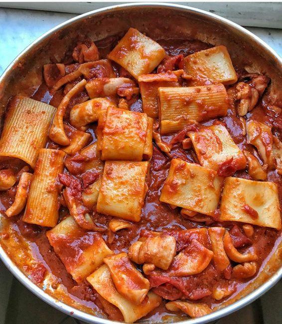Ingrédients pour 4 personnes: 600 g de calamars à nettoyer 400 g de pâtes format « calamarata » (anneaux en forme de calamars scisellés) 1 carotte 1 bouteille de sauce tomate (500 ml) 2/3 gousses d…