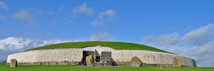 Newgrange, Irlanda  Fonte:Newgrange é um monumento surpreendente da idade de pedra no vale de Boyne, condado Meath. Acredita-se que tenha sido criado cerca de 5.200 anos atrás, tornando-o mais antigo do que Stonehenge e as Grandes Pirâmides de Gizé. Embora haja muito debate sobre o propósito deste monumento, é muito claro que foi uma façanha incrível a sua construção.