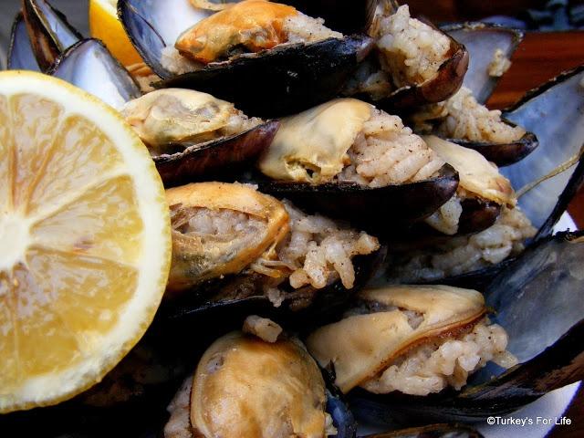 Stuffed Mussels - Midye Dolması. http://www.turkeysforlife.com/2012/11/turkish-food-midye-dolmasi-stuffed-mussels-izmir.html