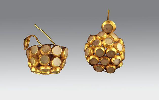 pair of gold cluster earrings (skeleton 7)