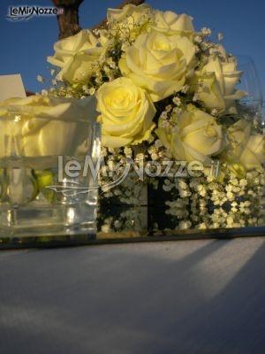 http://www.lemienozze.it/operatori-matrimonio/wedding_planner/agenzia-organizzazione-nozze-a-roma/media/foto/16  Centrotavola di rose bianche e nebbiolina: delicati fiori per il matrimonio