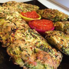 Tortas fit de brocoli y calabacin con atun - 1 puñado brocoli -1 calabacin - 2 latas atun -Claras de huevo -1 huevo -Ajo en polvo