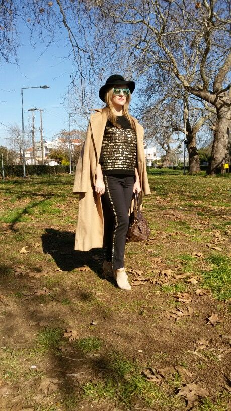 Camel coat with a black and leopard outfit! Street style!