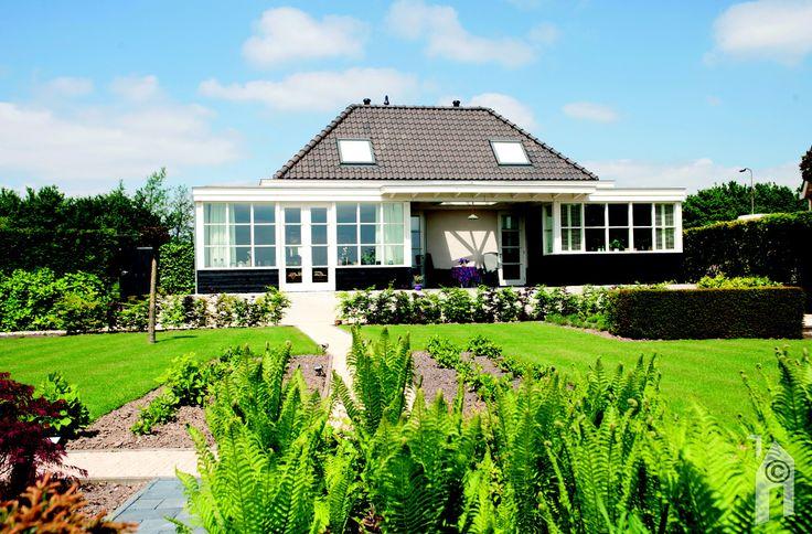 Het hoogteverschil is opgevangen door middel van een terrasvormige tuin.
