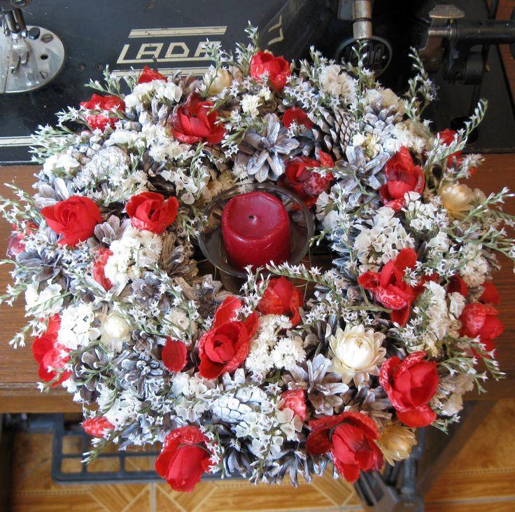 Svícen červenobílý Věneček i svícen s propleteným dnem, k zavěšení nebo položení na stůl jako svícen, vložení dalších dekorací...sušina, látkové květiny, skleněný kalíšek,průměr 28 cm