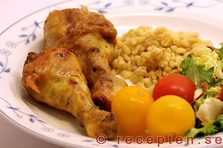 Currymarinerade kycklingben - Enkelt recept med kycklingben som man marinerar med olja, curry och salt samt mango chutney.