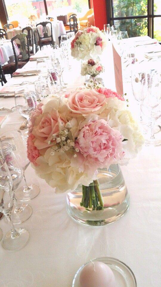 Centre de table de mariage : bouquet d'hortensia, de pivoines, oeillets, gypsophiles et de roses. Par Déco Ré Majeur, Lyon.