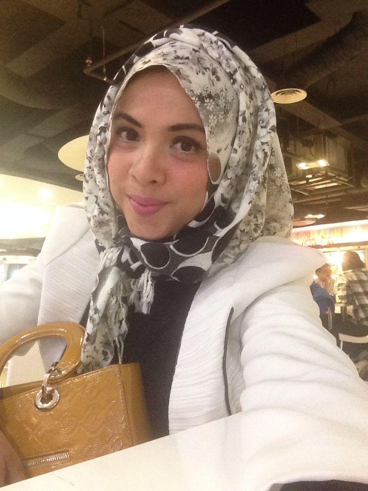 Blazer putih hijab motif bahan kashmir bisa jadi resmi juga kan