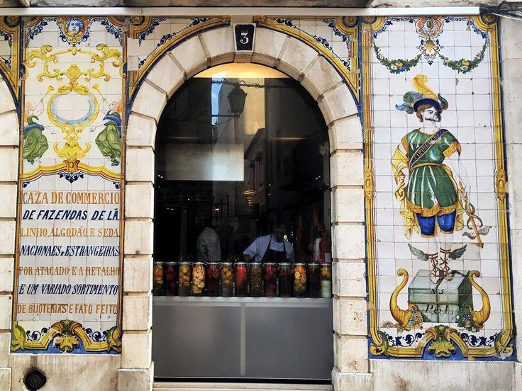Como não amar essas fachadas históricas?  Essa era de um armarinho / retrosaria atualmente é do #dePedraeSal restaurante e hostel delícia em Setúbal. O link do post tá na bio corre lá! . . . #hostel #wanderlust #weekend #lisbon #tiles #facades #fachada #portugal #visitportugal #fastfashion #summer #travel #wanderlust #travelblogger #lisboa #vemparaportugal #setubal #luliemportugal @visit_setubal #azulejos #azulejosportugueses