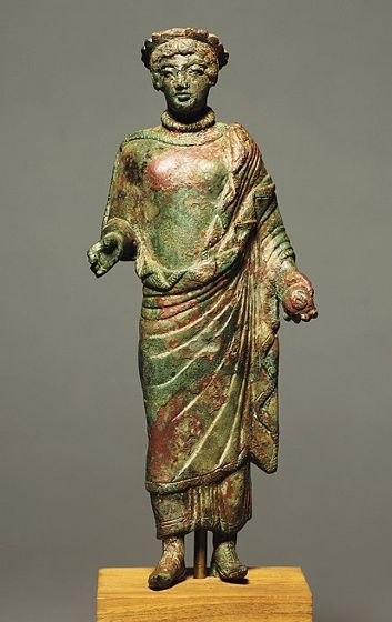 Statuette of a Woman with Pomegranate,   Etruscan, 5th century BC | Harvard Art Museums Both tunics and Palla