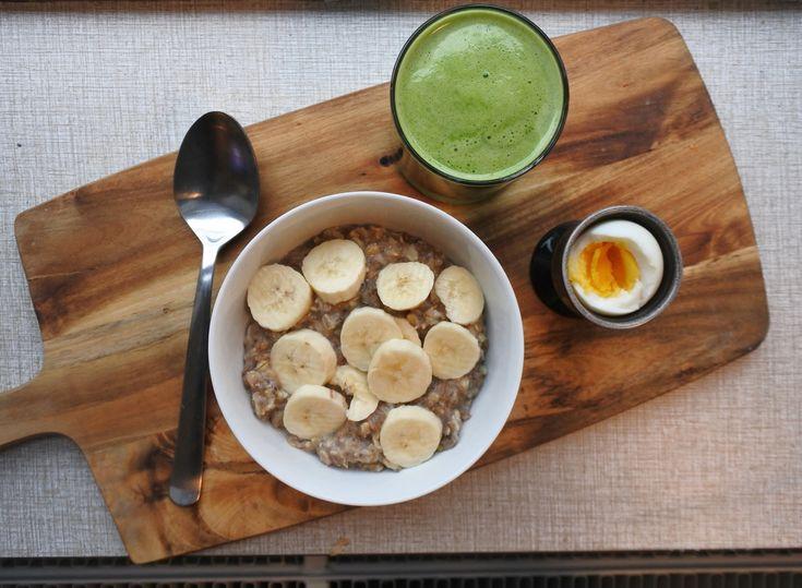 Havre/chiagröt med banan, ett ägg och en juice på grönt äpple, spenat, lime och gurka.