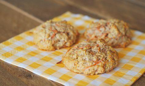 Carrot cake is al heerlijk, maar in de vorm van koekjes… bijna nog lekkerder! Dit fijne recept komt vanFrancis van Soft Sunday. Roer in een kom alle droge ingrediënten (bloem, havermout, bakpoeder, kaneel en zout) goed door elkaar. Roer in een andere kom de kokosolie (laat deze eerst wat zacht worden), ei en vanille aroma …