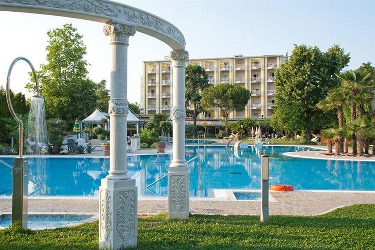 Immerso in un gradevole parco-giardino mediterraneo, unico nella categoria, vicino alla zona pedonale, l'albergo si distingue per le moderne piscine termali dove spazio e natura abbondano.