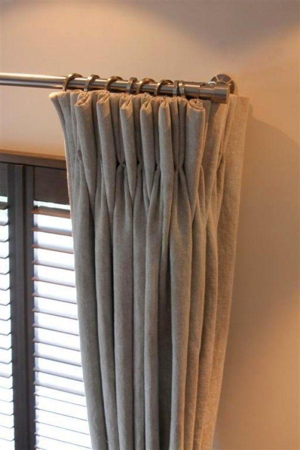Grijze linnen gordijnen met een leuke roede. Door RoedesOnline