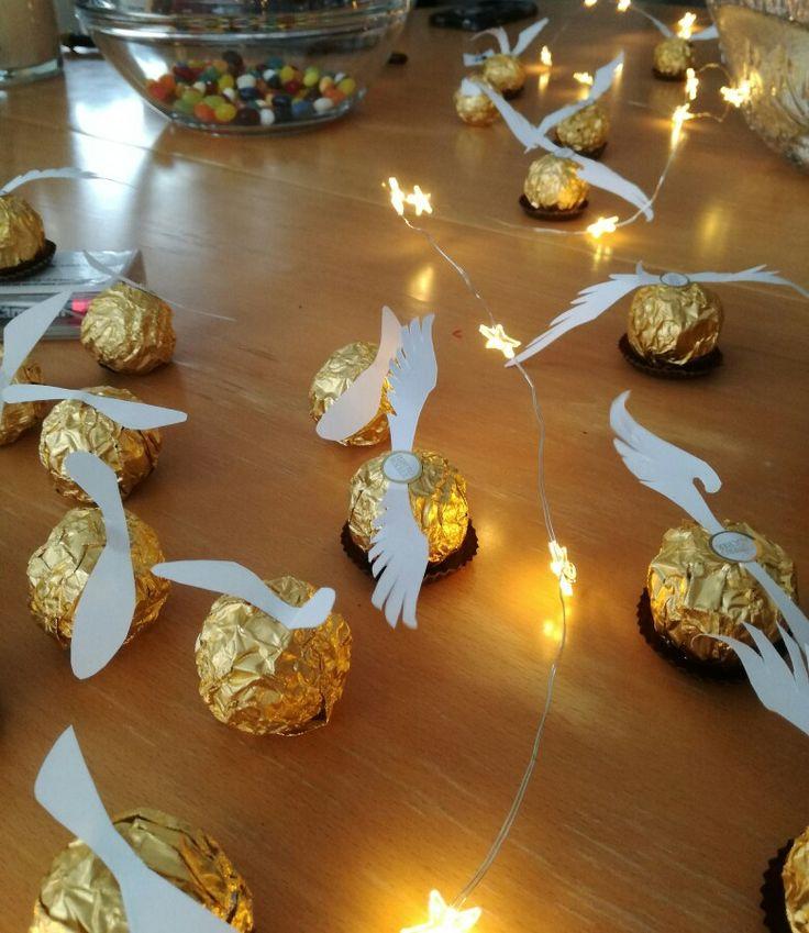 DIY Harry Potter: Schnatz aus goldenen Rocher-Kugeln // Einfach Flügel ausschneiden und oben auf die Ferrero Rocher-Kugel aufkleben und Fertig! ;)