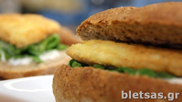 Σάντουϊτς με ψάρι (πανέ), λαχανικά & σάλτσα πατζαριού αντί μαγιονέζας (βλ. κρέμα φέτα πατζάρι)