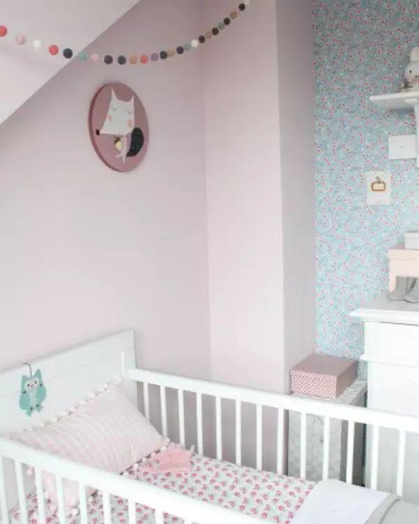 Habitación de bebé en rosa, azul y blanco