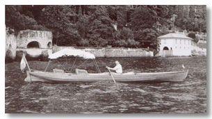 Inglesina in navigazione a Varenna.   Imbarcazioni da diporto     Inglesina  L'inglesina è una barca da diporto che compare sul lago verso i primi dell'Ottocento, importata dai villeggianti inglesi per i loro momenti di svago o di riposo sul lago. È la capostipite di tutta una serie di imbarcazioni che si sono tramandate fino ai nostri giorni, soppiantando, di fatto, le vecchie barche tradizionali. Era una barca di importanti dimensioni (lunga anche oltre nove metri) dalle linee aggraziate