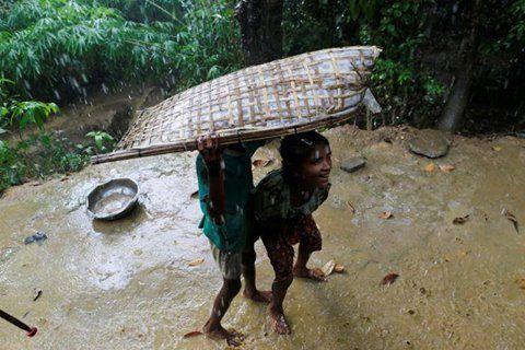 Sumber: Myanmar bantai pengungsi Rohingya  anak-anak Rohingnya di desa U Shey Kya Rakhine Myanmar (reuters)  Ratusan Muslim Rohingya mencoba melarikan diri ke Bangladesh akibat kekejaman militer di Myanmar barat. Pihak tentara mengatakan terdapat 130 korban jiwa dalam peristiwa pelarian ini. Beberapa warga Rohingya ditembak mati saat mereka mencoba menyeberangi sungai Naaf yang memisahkan Myanmar dan Bangladesh. Pengungsi yang datang menggunakan perahu kemudian diusir pergi oleh penjaga…