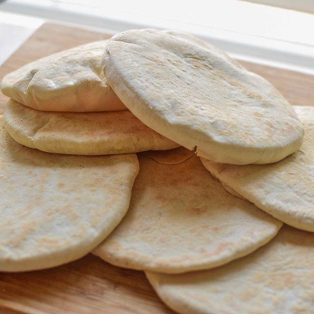 Hjemmelagde Pitabrød ❤️ sjekk oppskrift og video på www.gladkokken.no #janhenriksgladekjøkken #gladkokken #matglede #pitabrød #pitabread #baking #oppskrift #inpirasjon #hjemmelaget #bakevarer #matblogg #foodblogger #norwegianbloggers #mat