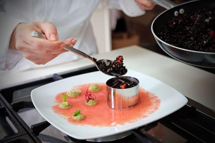 scopri la ricetta passo passo riso venere, gamberi, avocado e gazpacho di fragole realizzato con gli accessori da cucina Fackelmann. Su Mangiare da Dio.