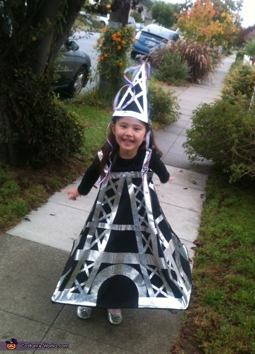 DIY Eiffel Tower Costume!  I have an Eiffel tower obsessed toddler.  I wonder if he'll still be interested come Halloween?