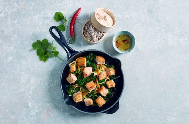 Vintergrønnsaker som gulrot, kålrot og grønnkål med laks og asiatiske smaker.