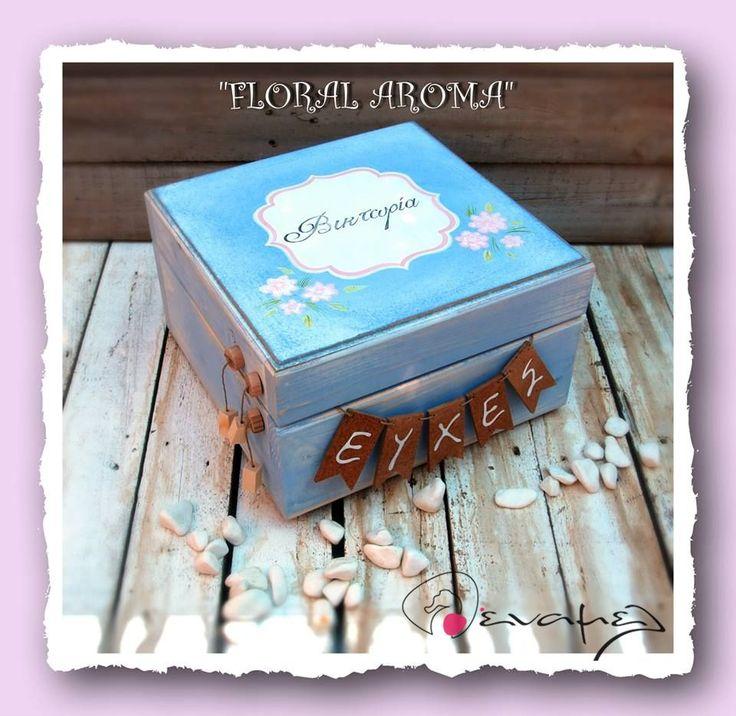 Ξύλινο χειροποίητο κουτί ευχών με floral διάθεση και το όνομα του παιδιού σας στο καπάκι.    Συνοδεύετε από 50 χαρτονάκια ευχών για να γράψουν οι καλεσμένοι τις ευχές τους. - Για έξτρα χαρτάκια ευχών, επιλέξτε από τις διαθέσιμες επιλογές δεξιά από τη φωτογραφία.