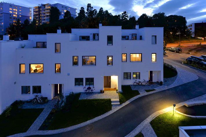 OBOS boligfeltet i Voksenhagen. Funkishus - murhus -  pusset fasade - Leca