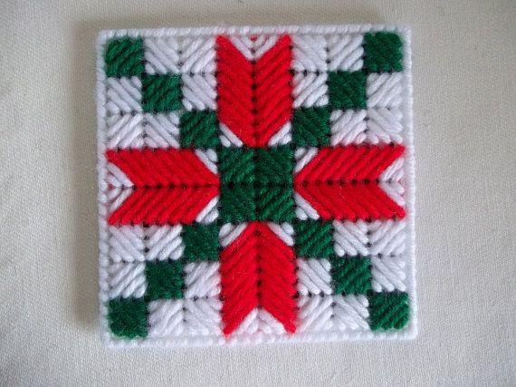 Bonita, quilt-bloque inspirado patrón, posavasos Navidad. Con la cuenta 7 plástico lona y cosido en rojo, blanco y verde de lana peinada hilado peso. Se vende en sets de 4 (cuatro). Posavasos están respaldados con un fieltro de colores coordinados. Cada uno mide aproximadamente 4 a través de. Buena adición para el ajuste de la tabla de vacaciones.