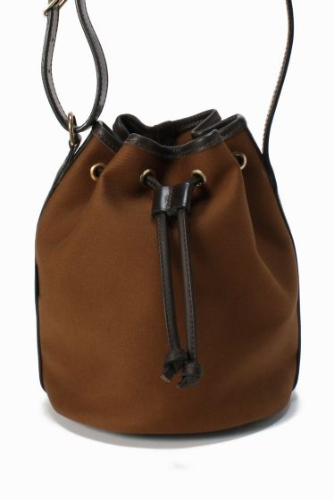 Bradyミニキンチャク  Bradyミニキンチャク 31320 旬の巾着型バッグを落ちついた色使いでシックな印象に レザーのパイピングや金具使いがアクセント Brady(ブレディ) 1887 年レザーBAGを作ることから始まったメーカー 後にハンティングフィッシングなどのゲームバッグを手掛けるようになり現在ではヨーロッパアメリカ日本でタウンユースされるまでポピュラーなブラドとなっています アウトドアバッグの原型といわれています