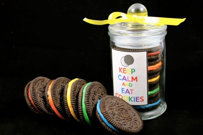 These rainbow oreo cookies are SUPER cute and SUPER easy - no baking required! Perfect for a party favour or wedding bonbonniere!