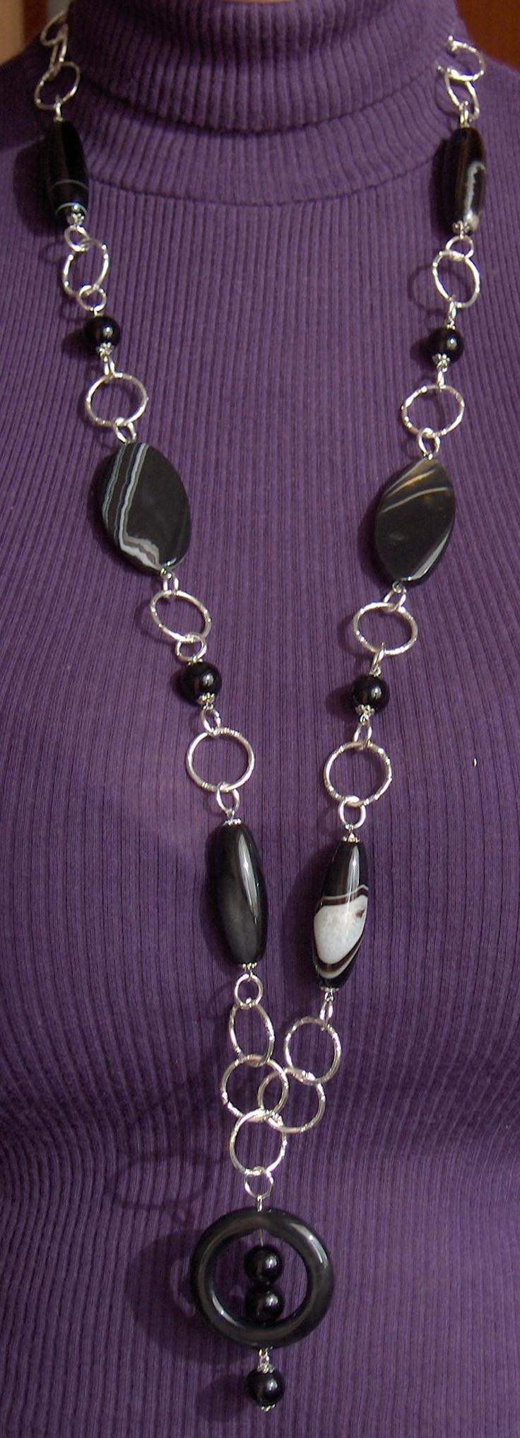 Collana lunga con catena in alluminio argento agate nere striate ed onice