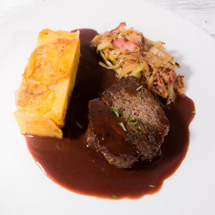 Oxfilé, potatiskaka med västerbottenost, rödvinssås och baconfräst vitkål