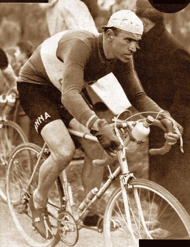 """Giro delle Fiandre 1951, 1 aprile. Gand > Wetteren. Fiorenzo Magni (1920-2012), conosciuto anche come il """"Leone delle FIandre"""", si avvia verso la conquista del terzo trionfo consecutivo nella prestigiosa corsa belga"""
