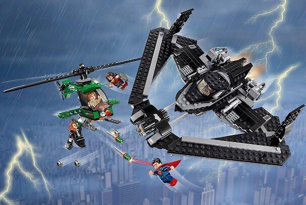 Объедини силы с Супергероями чтобы бросить вызов Лексу Лютору в захватывающей битве высоко в небе над Метрополисом. Запусти Бэтмолёт с Бэтменом (Batman) в кабине и разверни крылья. Отправляйся в полёт вместе с Суперменом (Superman) и Чудо-женщиной чтобы спасти Лоис от падения. Уворачивайся от криптонитовых маневренных ракет вертолета LexCorp и стреляй в ответ из потрясающего скорострельного шутера Бэтмолёта. Затем перенеси битву на улицы города действуя захватным крюком Бэтмена…