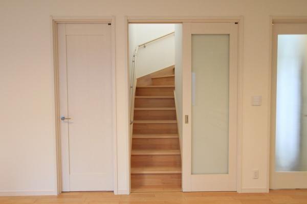 リビング階段でありつつ、冷暖房効率も考慮した結果、引き戸で仕切るリビング階段となりました。