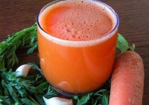 Att blanda morötter och vitlök i en smoothie ger dig mycket näringsämnen för att stärka ditt immunförsvar och motverka utmattning.