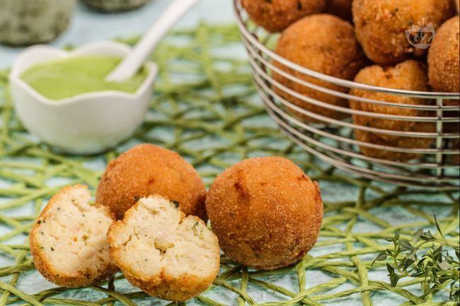 Le polpette di baccalà sono un secondo piatto di pesce saporito a base di croccanti bocconcini aromatizzati al prezzemolo e al timo.