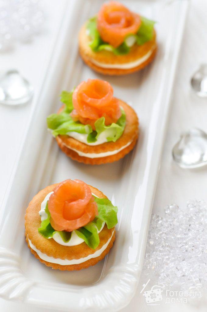 Рецепт Закуска на крекерах с семгой и сливочным сыром