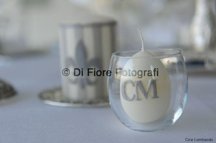 Fotografi di nozze Napoli. Segnaposto a tavola. Candela personalizzata con iniziali sposi