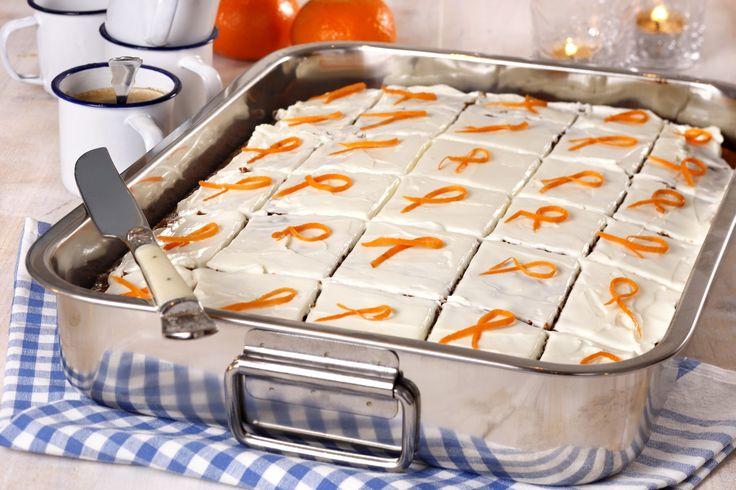 Gulrotkake med ostekrem: Er det kanskje din tur til å ta med kake på jobben? Da bør du prøve denne. Gulrotkake er en generelt godt likt kake som passer bra til alle anl ...