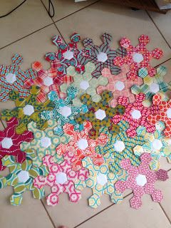 Knotted-Thread: hexie snowflakes. Another unusual layout for hexagons. I think this would be stunning in colorful Kaffe Fassett fabrics.