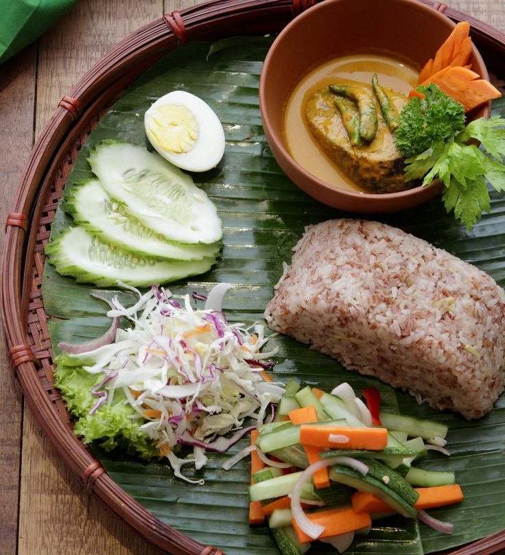 Traditionally, nasi dagang was usually eaten for breakfast and on special celebrations, such as on Hari Raya morning.