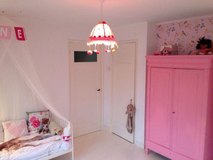 Meisjeskamer met roze kast