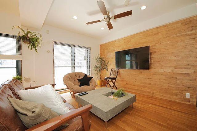 ウッドパネルでぬくもりある空間 多くのマンションの部屋は壁も天井も