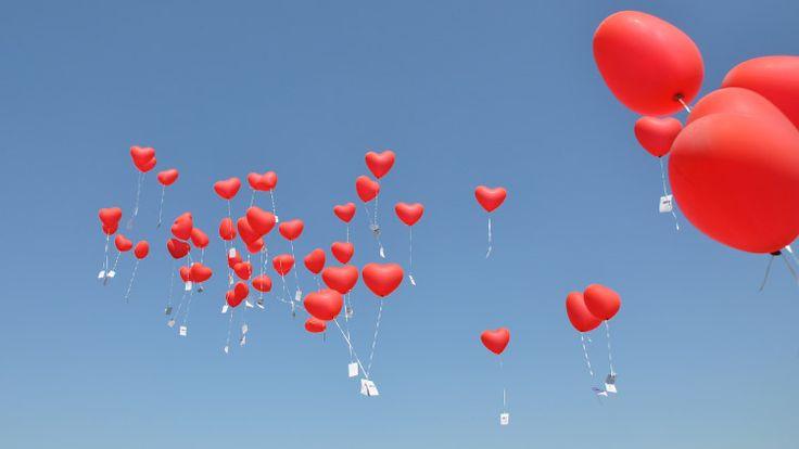 Ballons steigen lassen zur Hochzeit ist ein schöner Brauch. Doch wie können die Ballons länger fliegen und wie viel Helium braucht man? Hier alle Infos!