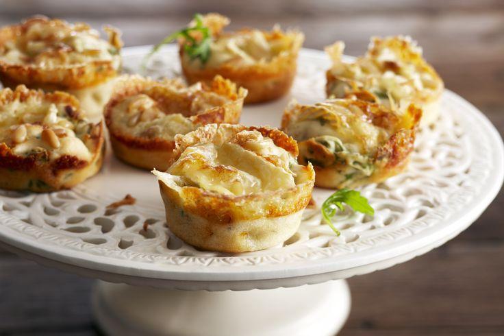 Verwarm de oven voor op 180˚C. Kwast de muffin vormpjes in metwat zachte boter of zet er papieren muffin bakjes in.Snij de Brie in plakken, houd er 6 achter. Snij de rest van deplakken in klein...