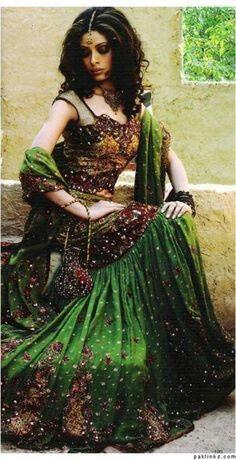 Gypsy vrouw met prachtige groene jurk